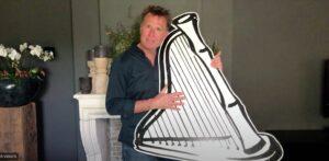 Richard de Hoop met een harp in zijn handen